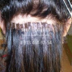Капсулы слишком большие, близко посажены друг к другу.А что это за лысина? В таких случаях волосы наращивать вообще нельзя!